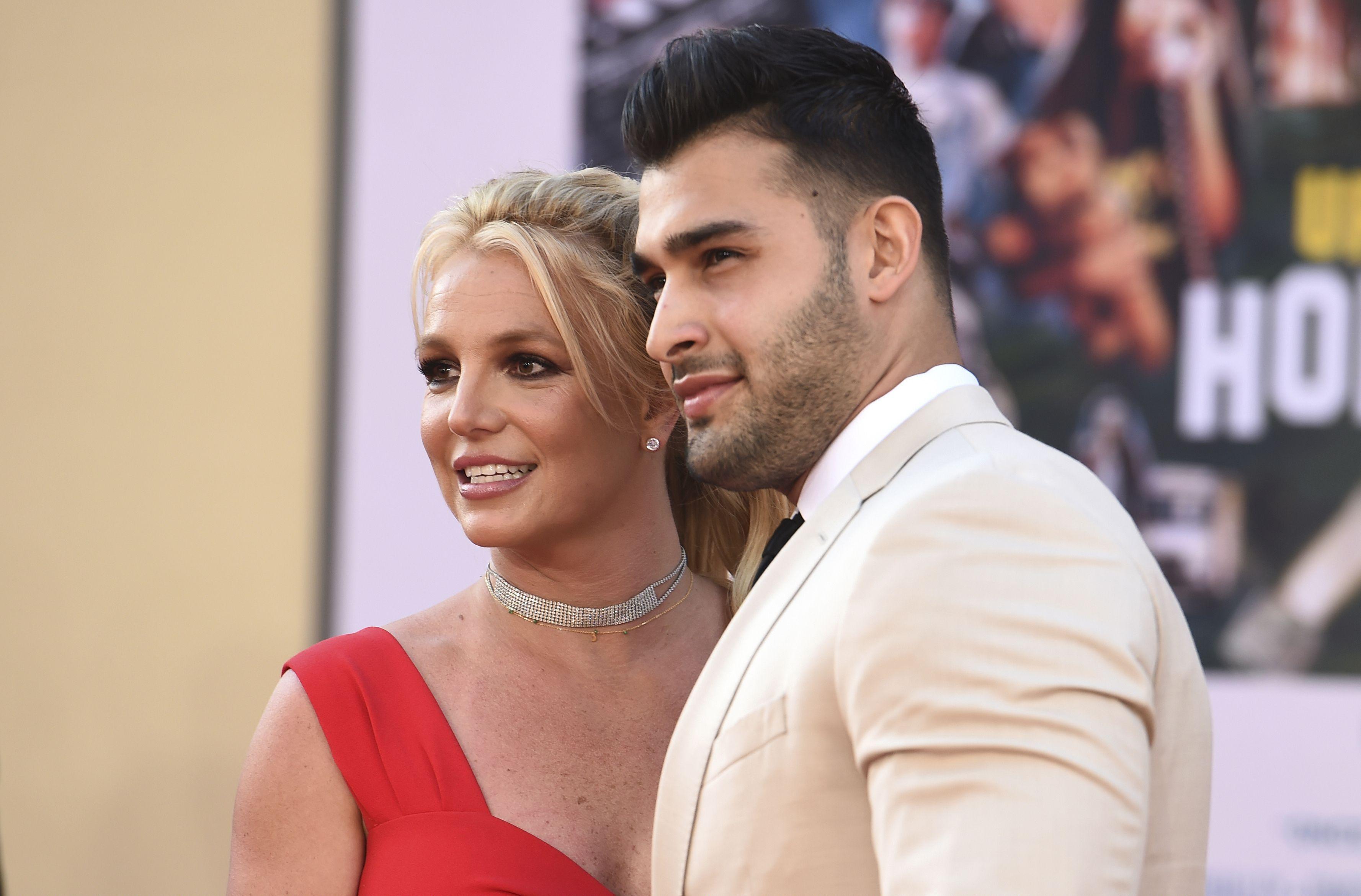 """Britney Spears y Sam Asghari llegan al estreno de """"Once Upon a Time in Hollywood"""" en el Teatro Chino de TCL en Los Ángeles el lunes 22 de julio de 2019. (Foto de Jordan Strauss/Invision/AP, Archivo)"""